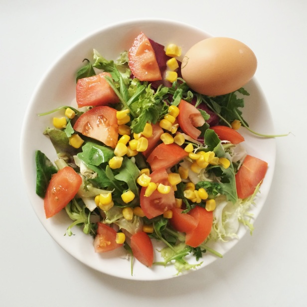 Salade d'été tomate mais oeuf dur