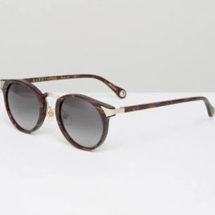 http://www.asos.fr/raen/raen-lunettes-de-soleil-rondes/prd/7540601?&affid=14176&channelref=product+search&mk=abc&currencyid=19&ppcadref=760995542%7C43380448071%7Cpla-288551795929&gclid=COPK9c-x9dMCFQoB0wodSPEDgA